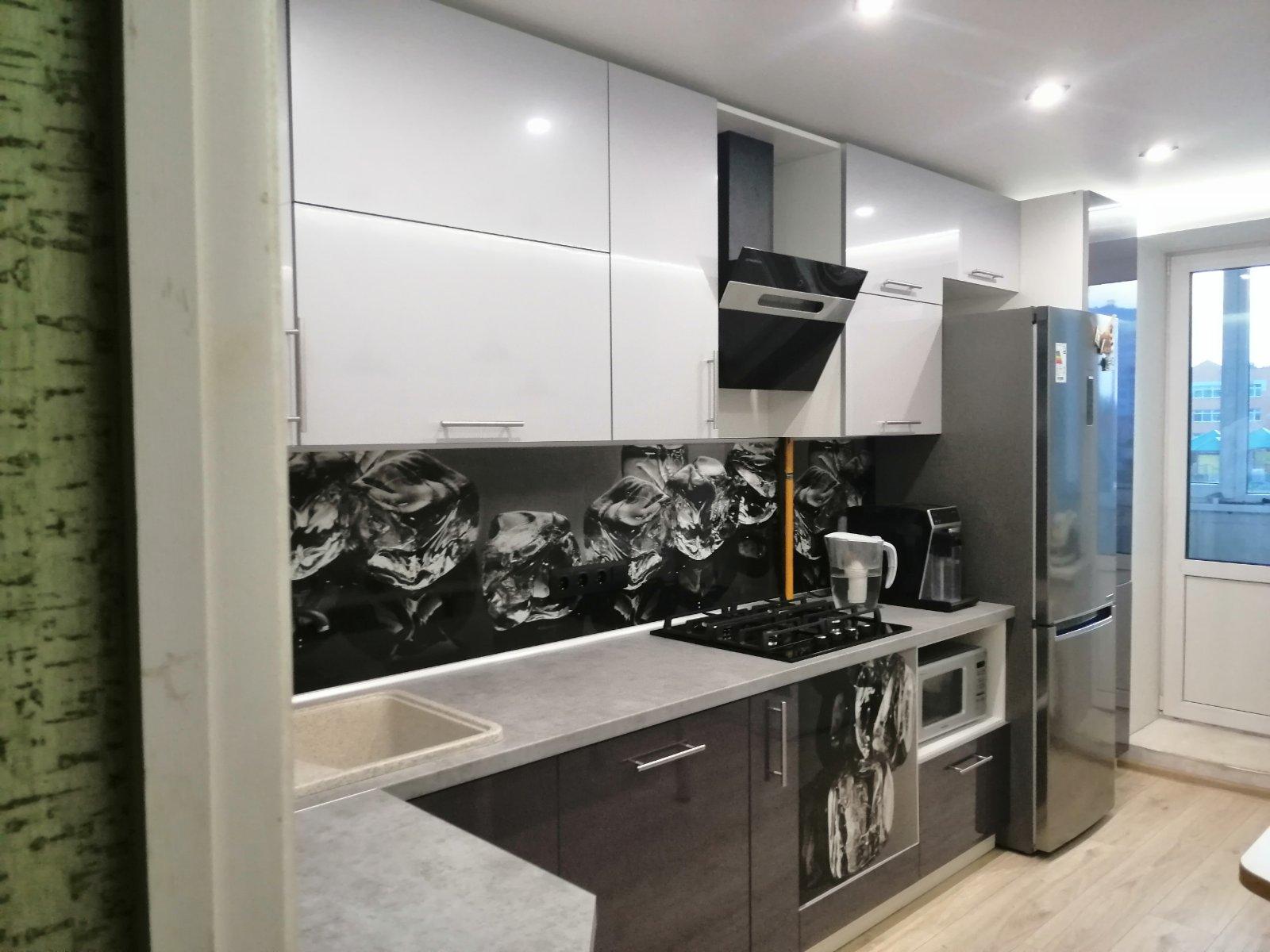Оригинальное решение сочетания белого и черного цвета на кухне